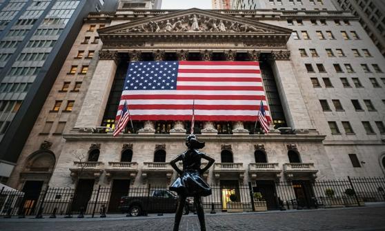 Wall Street inicia en verde ante descenso de solicitudes iniciales por desempleo
